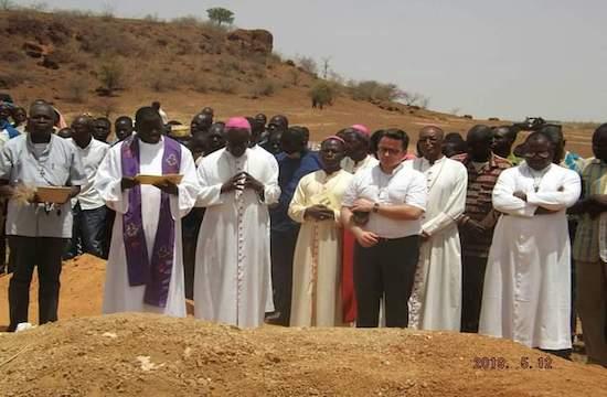 西非教會在聖母月舉行聖像巡遊,期間有四名教友遇襲致死