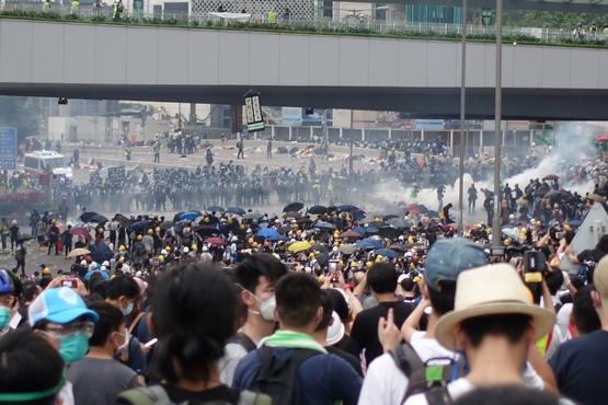 逾萬示威者堵立法會阻逃犯條例二讀,夏主教難過青年受傷害