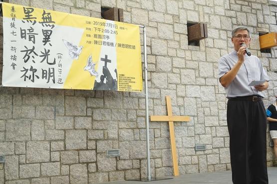 七一回歸五十五萬市民上街遊行,神父提醒教友抗衡黑暗文化