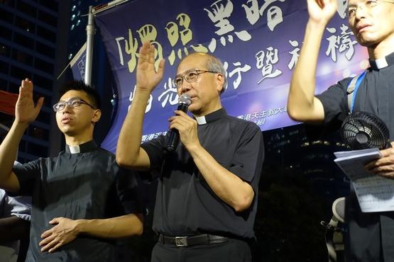 逾千教友燭光遊行為香港祈禱,主教指解決困局政府責無旁貸