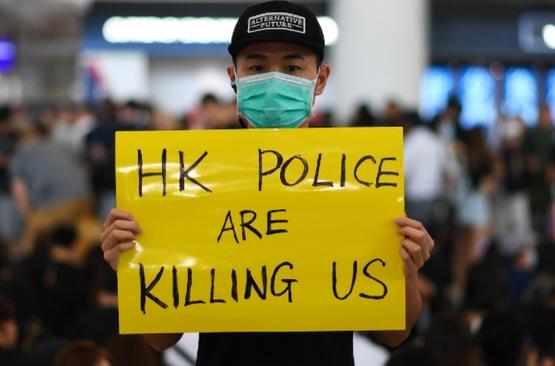 反送中示威導致香港機場關閉,群眾聲援遭槍傷眼的示威者